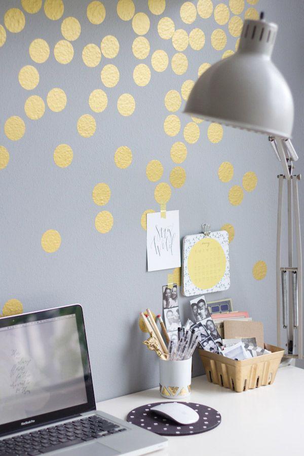 Appliqués au pochoir, ces petits motifs dorés illuminent ce mur .