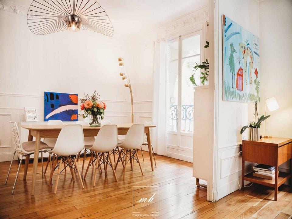 Aménagement d'un séjour moderne chic à Paris 16e par MH DECO